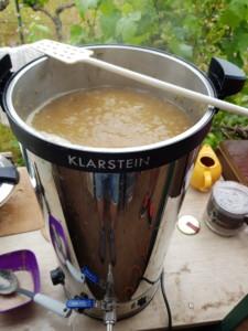 Grande marmite dans laquelle bouillonne un mélange destiné à créer de la bière.