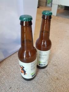 Deux bouteilles de bière côte à côte