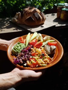Une assiette appétissante garnie de divers légumes très colorés