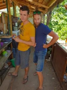 Maxime et David prennent la pause dans la cuisine de l'Oasis