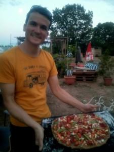 Maxime présentant fièrement sa pizza improvisée