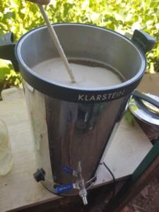Mélange de houblons et d'eau en train de monter en température afin de débuter le processus de fermentation.
