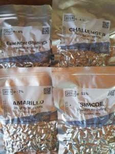 Quatre sachets de houblon de différentes variétés qui serviront à brasser la prochaine bière de l'Oasis. : East Kent Goldings, Challenger, Amarillo et Simcoe.