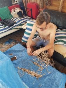 Sébastien ouvre des causses de chou pour en extraire les graines.