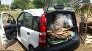 Véhicule utilitaire plein d'ordures prêt à partir pour la déchetterie.