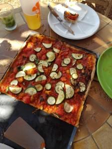 Pizza maison aux légumes du jardin entamée