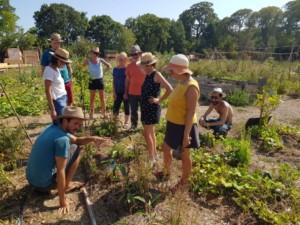 Huit personnes assistant à la formation de Maxime au coeur du jardin