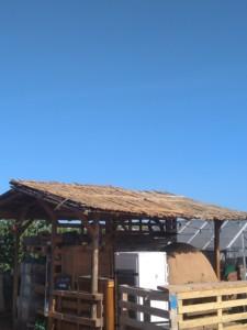 Vue éloignée du toit de l'abri du four en terre paille dont le revêtement en bambous est terminé